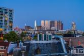De skyline van Rotterdam met diverse gebouwen op de Wilhelminapier tijdens blue hour