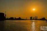 De Euromast en De Maas in Rotterdam tijdens zonsopkomst