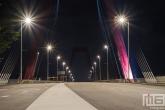 De twee pylonen van de Willemsbrug in Rotterdam by night