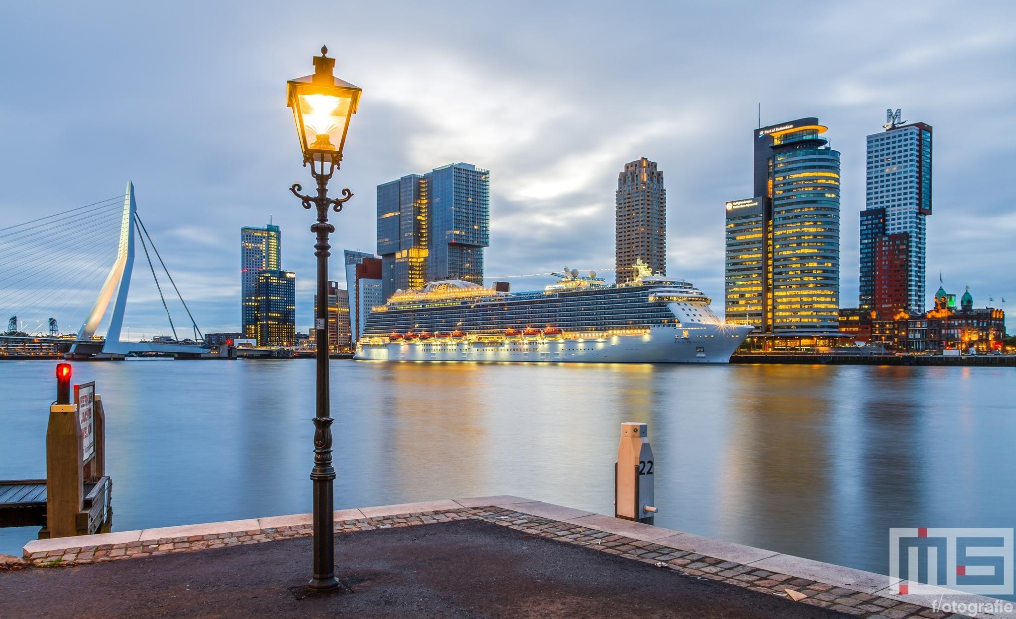 Te Koop   Het cruiseschip Royal Princess aan de Cruise Terminal in Rotterdam