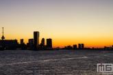 De zonsopkomst in Rotterdam met de Euromast en De Maas