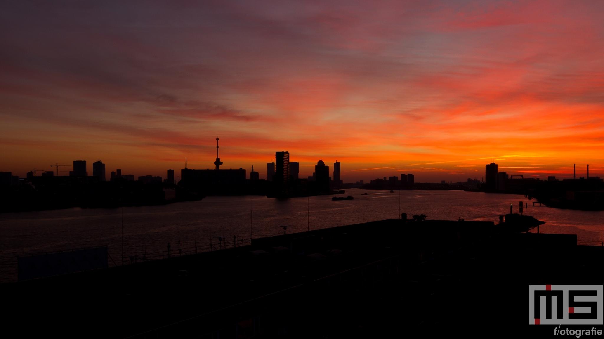 De zonsopkomst met de Euromast en De Maas in Rotterdam