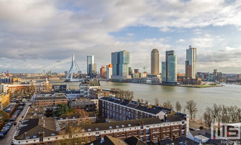 Het skyline van Rotterdam met de Erasmusbrug