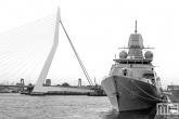 Het Zr. Ms. Tromp F803 met de Erasmusbrug in Rotterdam