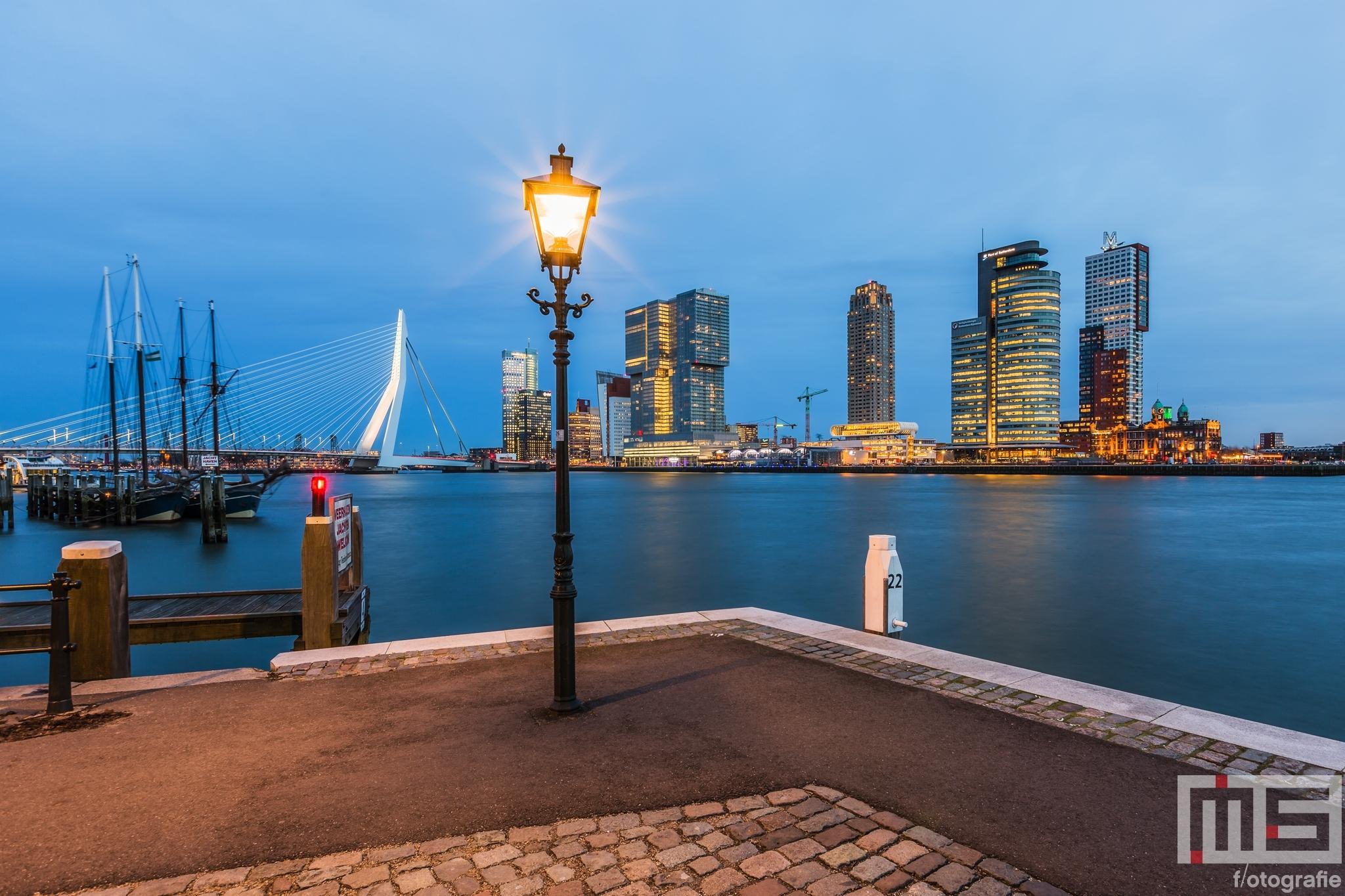 Het uitzicht vanuit de Veerhaven in Rotterdam  met de welbekende lantaarnpaal