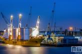 Het offshore schip Biglift Happy Delta aan de kade bij Broekman Logistics in de Waalhaven in Rotterdam