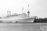 Het ss Rotterdam met de Euromast in Rotterdam Katendrecht in zwart/wit