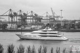 Het superjacht in de Waalhaven in Rotterdam-Zuid