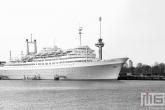Het cruiseschip ss Rotterdam in Rotterdam Katendrecht in zwart/wit