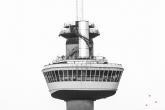 Het kraaienest van de Euromast in Rotterdam in zwart/wit in detail