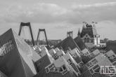 Te Koop | De Kubuswoningen, Witte Huis en Willemsbrug in Rotterdam in zwart/wit