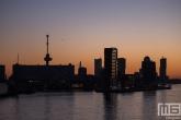 De zonsondergang in Rotterdam met de Erasmusbrug en de Lloydkade