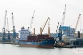 Het schip BBC Elbe aan de kade bij Broekman Logistics in de Waalhaven in Rotterdam