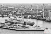 Te Koop | Het cruiseschip ss Rotterdam in Rotterdam Katendrecht in zwart/wit