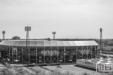 Het Feyenoord Stadion De Kuip in Rotterdam-Zuid in zwart/wit