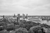 Te Koop | Het cruiseschip Harmony of the Seas gaat richting de Cruise Terminal in Rotterdam in zwart/wit