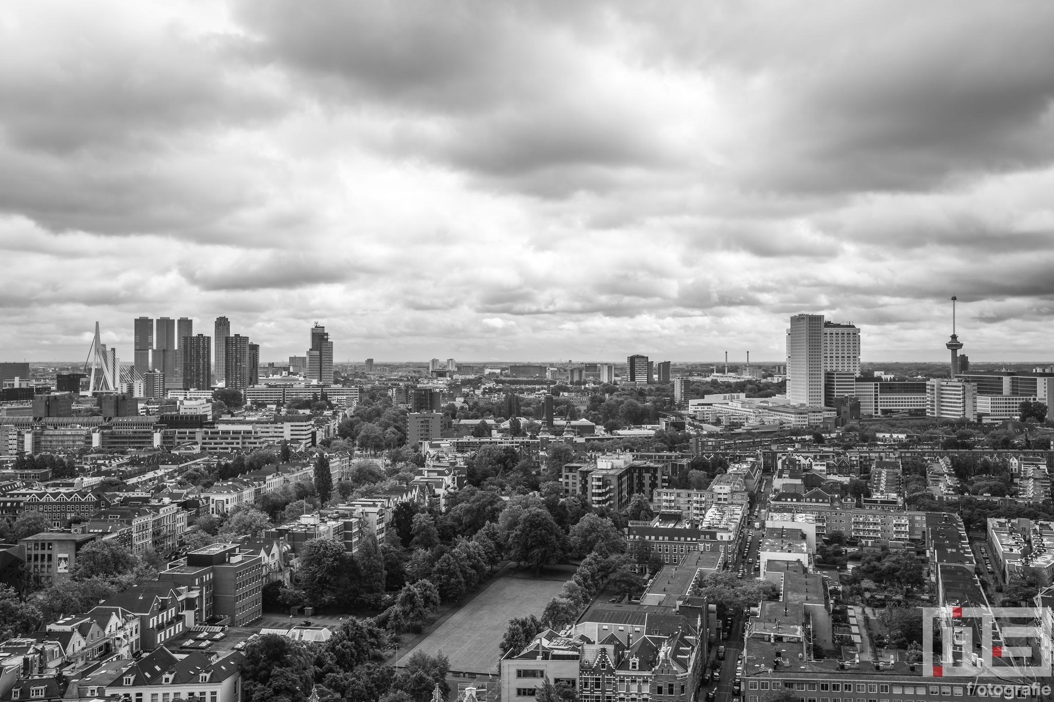 Een panorama van Rotterdam in zwart/wit