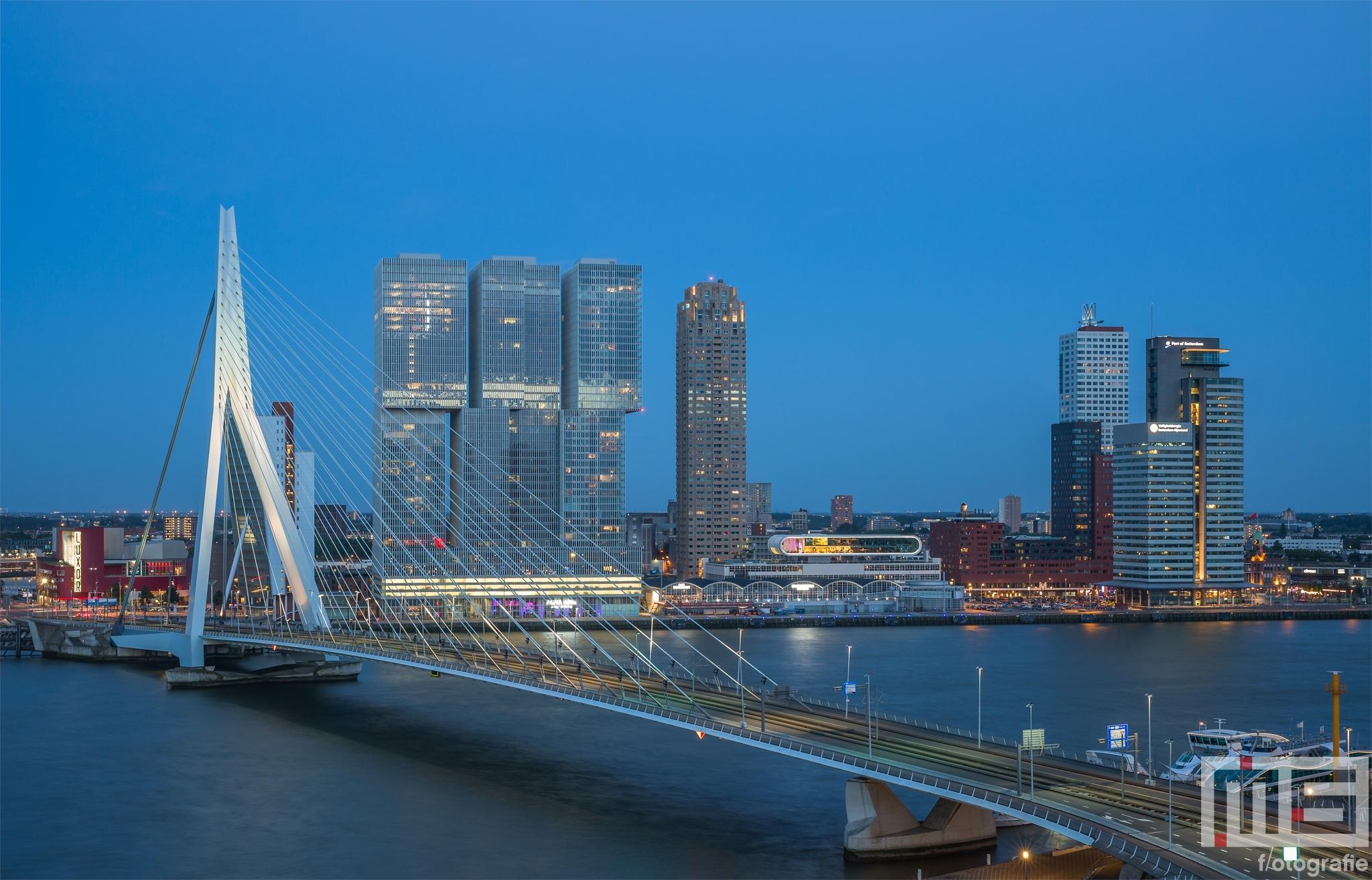 Te Koop | De Erasmusbrug in Rotterdam tijdens blue hour