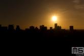 De silhouette van Rotterdam tijdens zonsondergang
