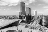Te Koop | Het stationsplein in Rotterdam met het Centraal Station en Delftse Poort in zwart/wit