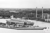 Te Koop | Het cruiseschip ss Rotterdam met attractiepark Rotterdam in Rotterdam in zwart/wit