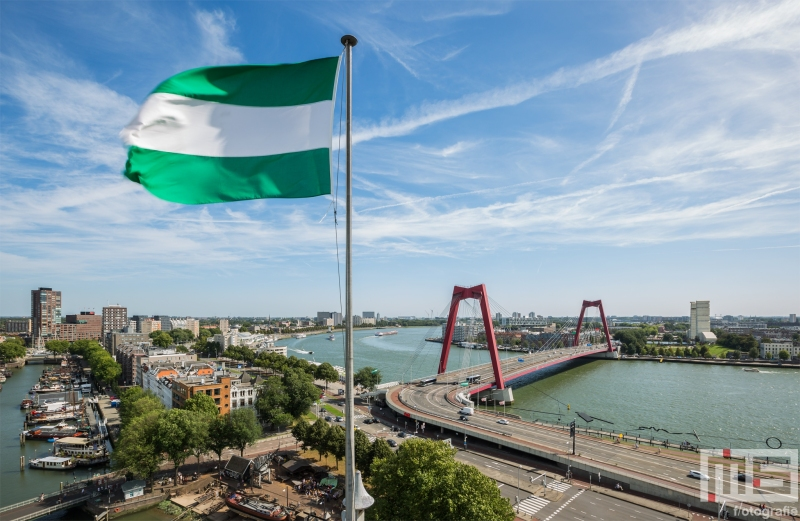 Te Koop | De Willemsbrug in Rotterdam met de Rotterdamse vlag