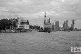 Het marineschip Zr.Ms. Rotterdam L800 tijdens de Wereldhavendagen in Rotterdam