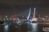 De botenparade van het avondprogramma van de Wereldhavendagen in Rotterdam in zwart/wit