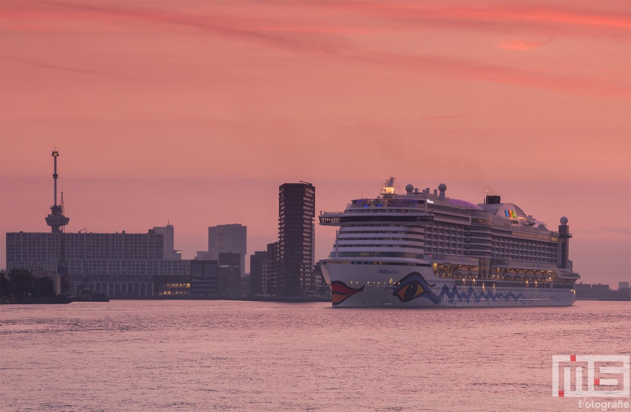 Het cruiseship Aida Prima met de Euromast in Rotterdam tijdens zonsopkomst