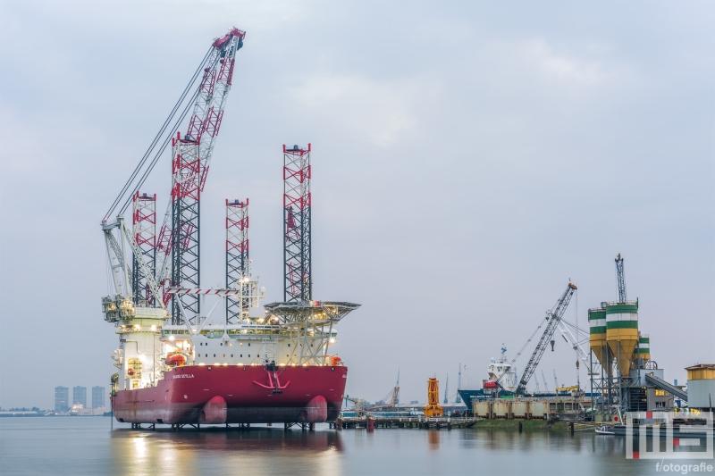 Te Koop | Het offshoreschip Scylla van Seajacks in de Waalhaven in Rotterdam