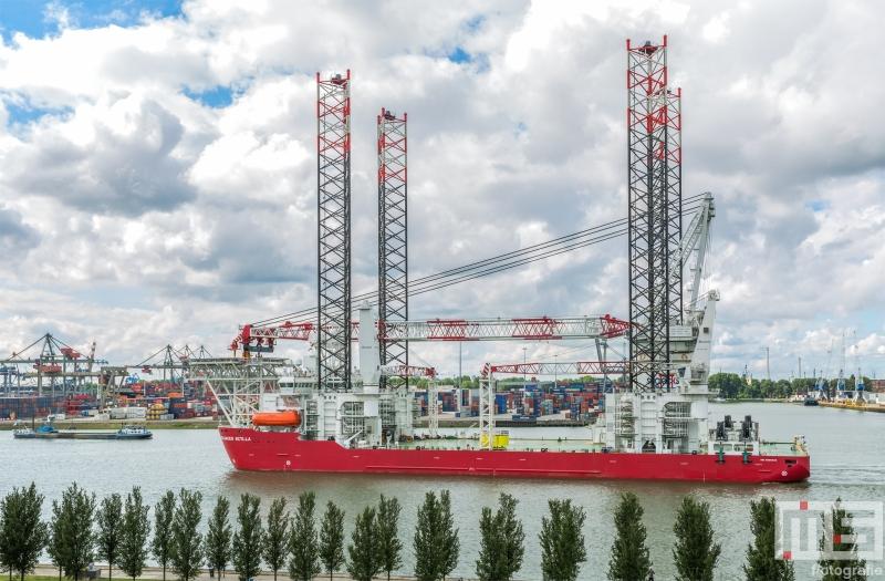 Het offshoreschip Scylla van Seajacks in de Waalhaven in Rotterdam