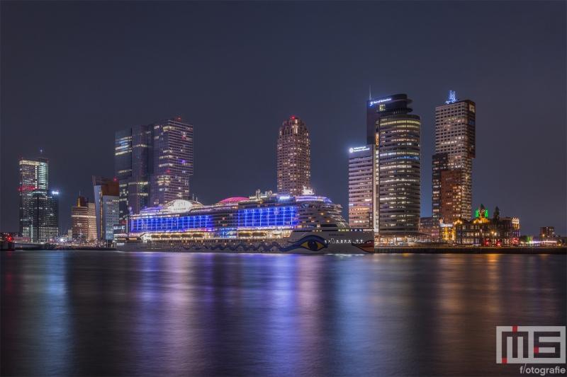 Te Koop | Het cruiseschip Aida Prima vanuit de Veerhaven in Rotterdam by Night