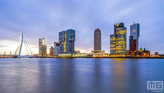 De skyline van Rotterdam tijdens zonsopkomst | Cover Small