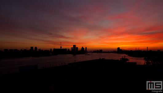 De zonsopkomst in de Waalhaven in Rotterdam met de Euromast | Cover Small