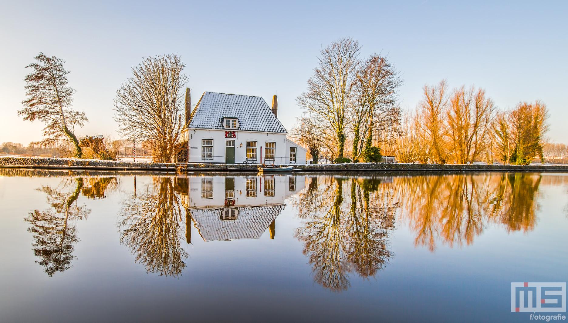 Het Veerhuis in Rotterdam Overschie in de sneeuw | Cover