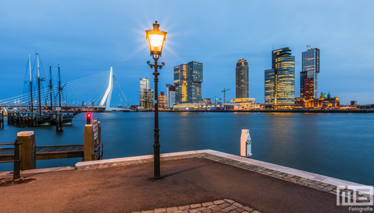 De Lantaarnpaal in de Veerhaven in Rotterdam by Night | Cover Small
