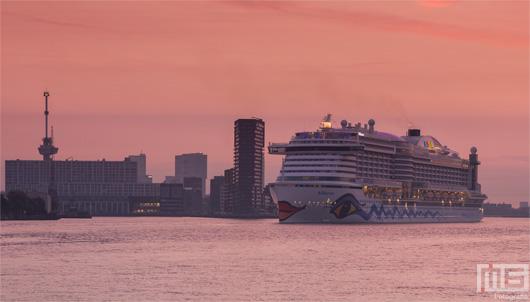 Het Cruiseschip Aida Prima met de Euromast in Rotterdam tijdens zonsopkomst | Cover Small