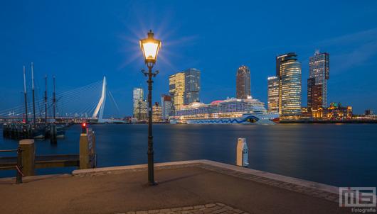 Het cruiseschip Aida Prima aan de Cruise Port in Rotterdam | Cover
