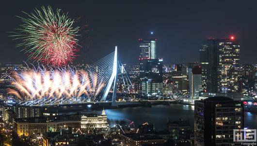Gelukkig Nieuwjaar! Het Nationale Vuurwerk bij de Erasmusbrug in Rotterdam tijdens Oud en Nieuw 2018 | Cover Small