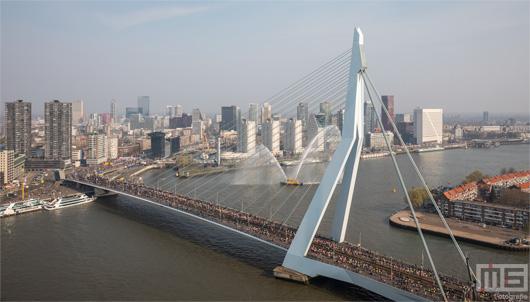 De start van de Marathon Rotterdam 2019 met lopers op de Erasmusbrug | Cover Small
