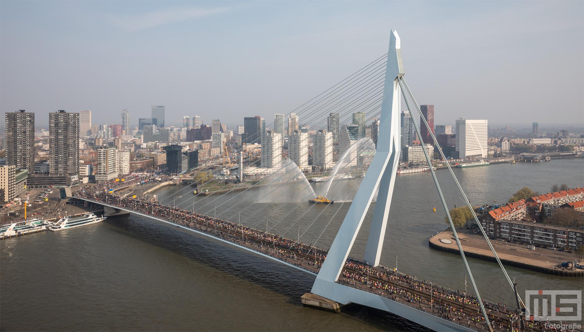 De start van de Marathon Rotterdam 2019 met lopers op de Erasmusbrug
