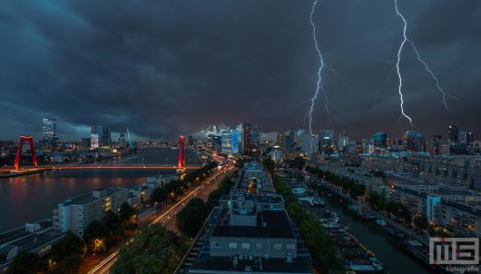 Het noodweer met onweer en wolken in Rotterdam Centrum | Rotterdam Make it Happen | Cover Small