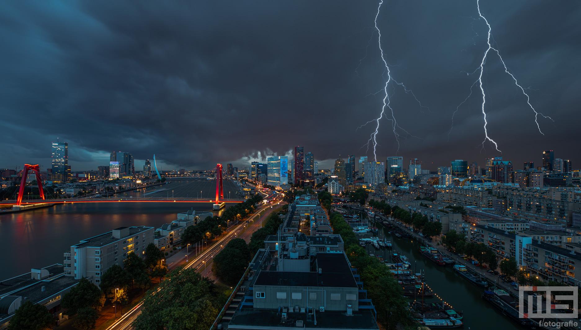 Het noodweer met onweer en wolken in Rotterdam Centrum | Rotterdam Make it Happen | Cover
