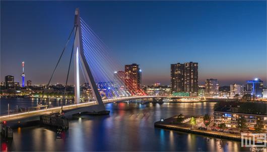 De Rotterdamse Skyline met de Erasmusbrug en Euromast in Rood Wit Blauw | Cover Small