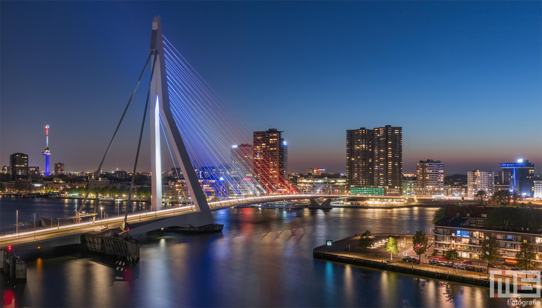 De Rotterdamse Skyline met de Erasmusbrug en Euromast in Rood Wit Blauw | Cover
