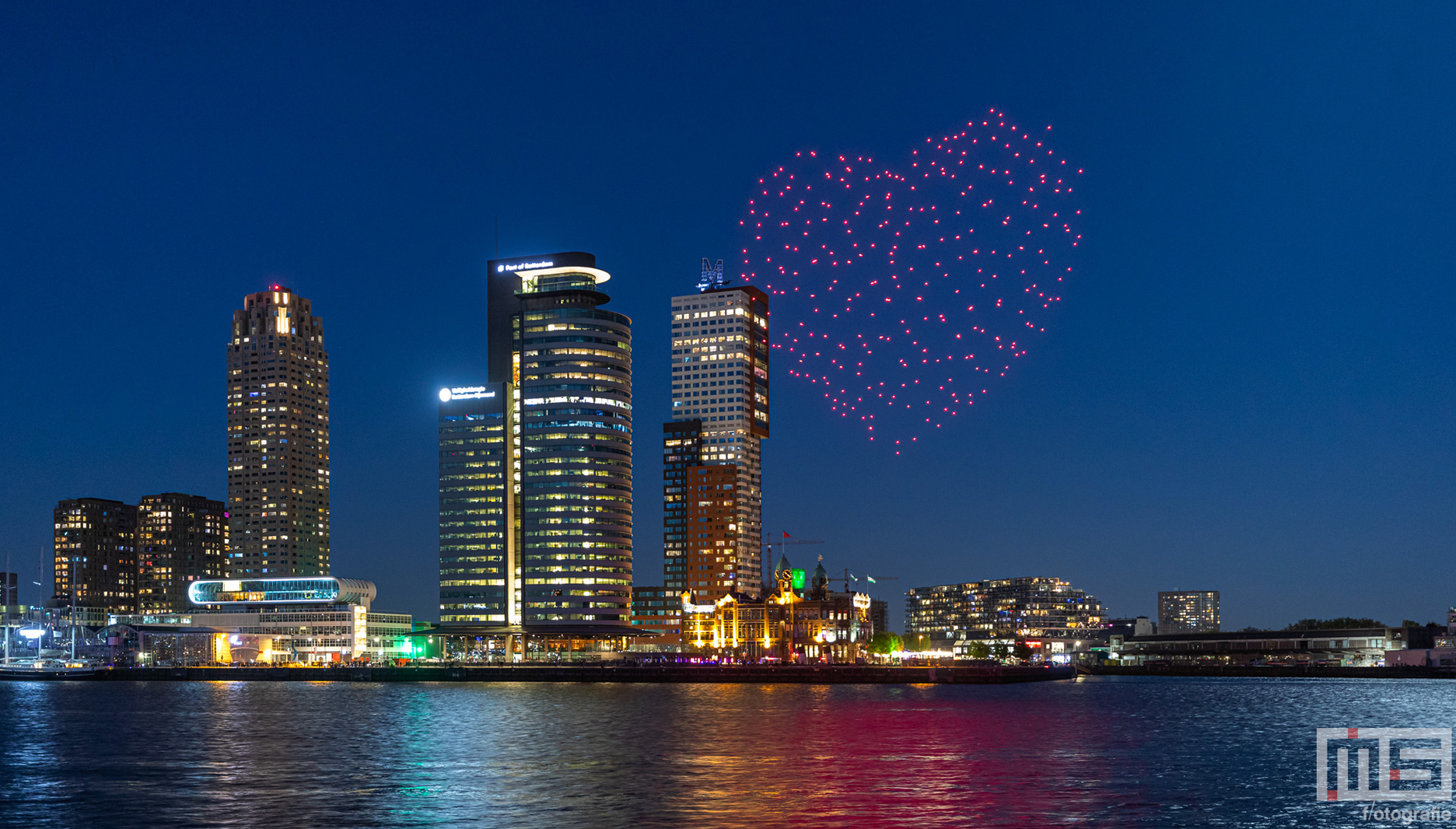 Droneshow sluit Bevrijdingsdag in Rotterdam af | Cover