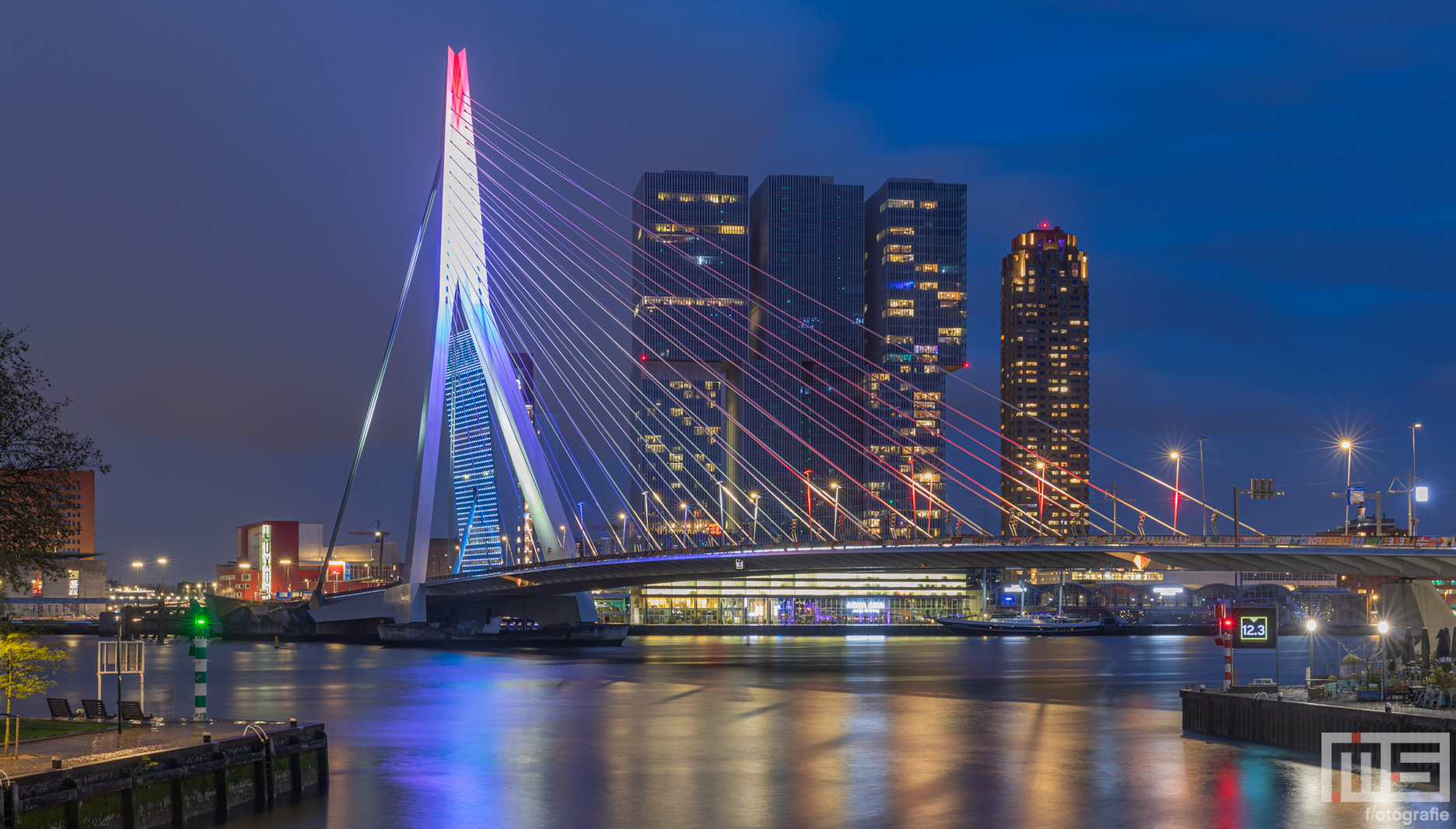 De Erasmusbrug in het stadscentrum van Rotterdam in Rood Wit Blauw | Cover Small